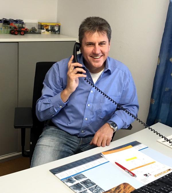 Inhaber Jochen Kirchhof während eines Kundentelefonats