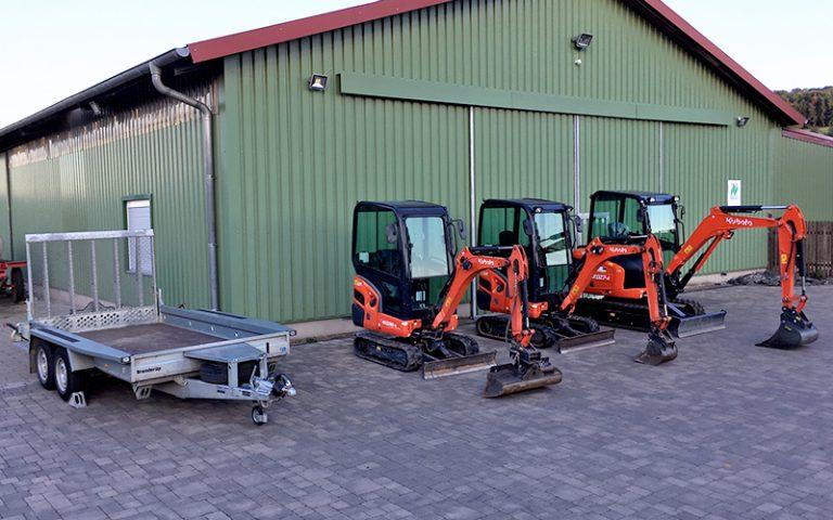 Der Minibagger Fuhrpark von Jochen Kirchhof mit einem großen Anhänger und 3 Minibaggern der Marke Kubota